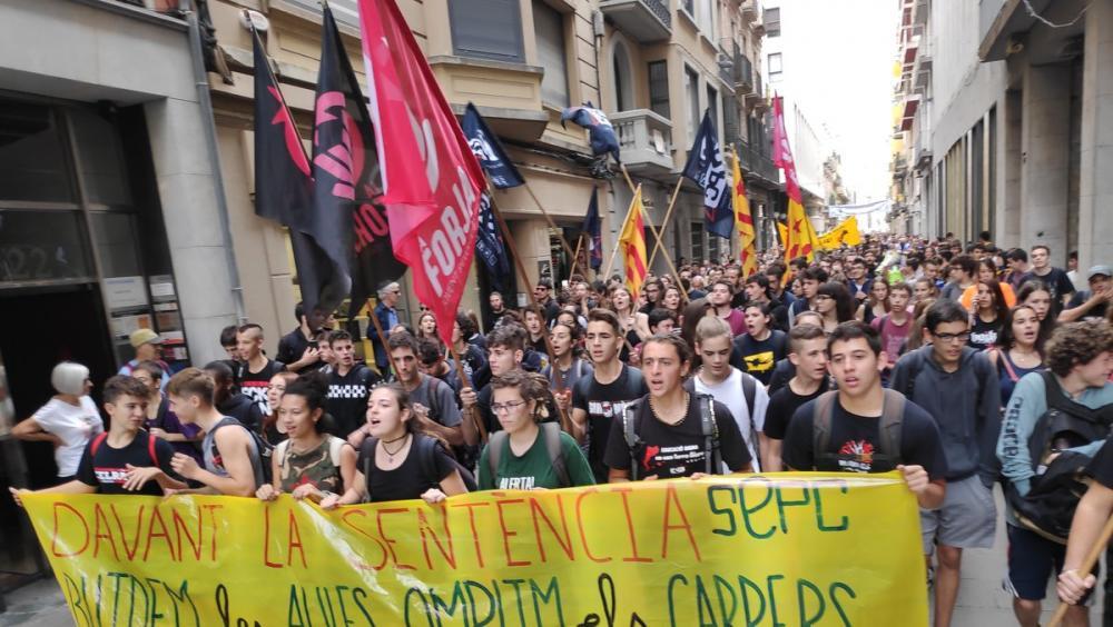 Nois i noies participant en les protestes de Girona per la llibertat dels presos polítics