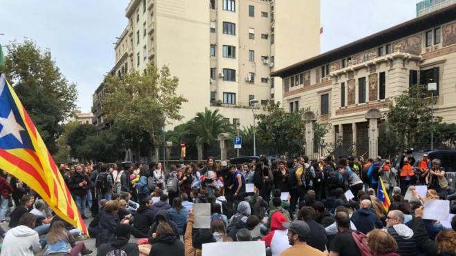 Ciutadans asseguts davant de la Delegació del govern