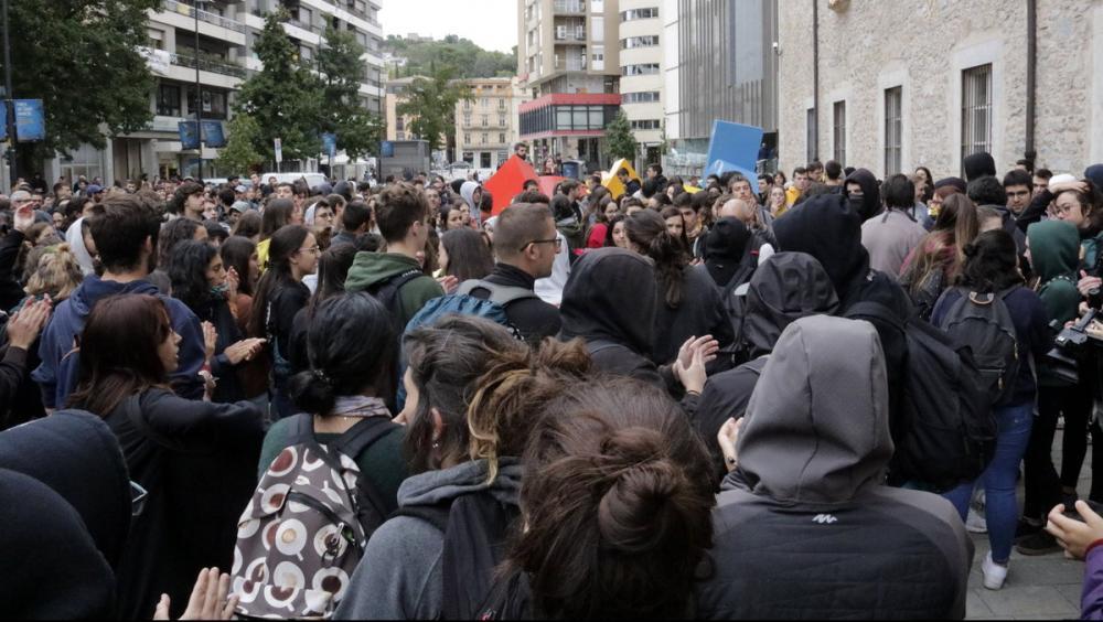 Manifestants bloquejant els accessos
