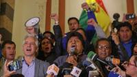 Evo Morales parla amb els mitjans de comunicació en el moment de saber-se els primers resultats electorals