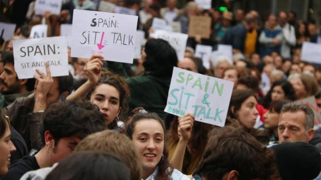 Joves protestant pacíficament davant la delegació del govern a Barcelona