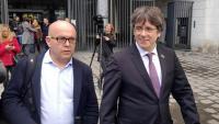 Boye amb Puigdemont sortint, dilluns, de la seu de la fiscalia belga