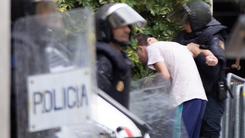 La policia espanyola deté un jove a la Via Laietana en una imatge del divendres 18