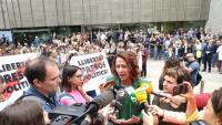 L'alcaldessa atenent els mitjans de comunicació el dia que es va conèixer la sentència als presos polítics