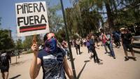 Una jove , en una nova protesta, ahir a Santiago, contra el president xilè