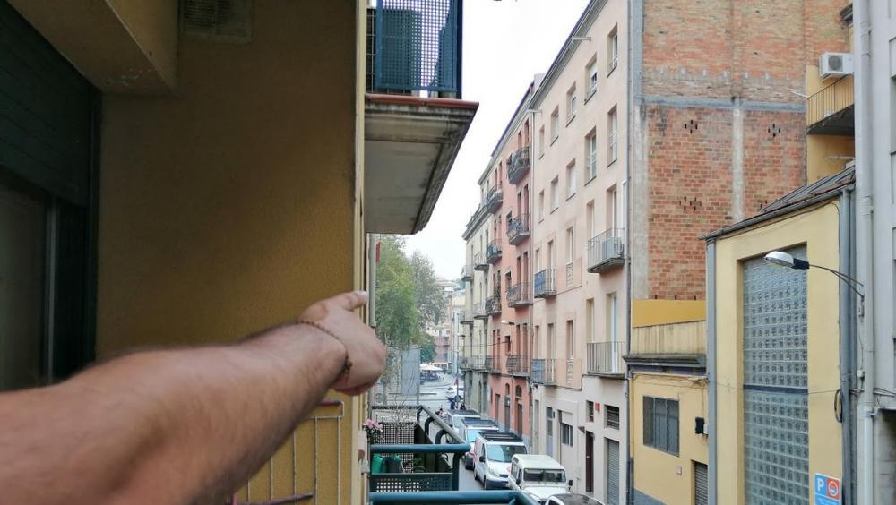 Un veí assenyala la trajectòria de la bola de foc que van veure venir quan eren al balcó