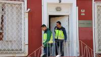 Dos agents de paisà amb armilles grogues de la Policia Nacional surten del despatx de l'advocat Gonzalo Boye durant el registre ordenat per l'Audiència Nacional