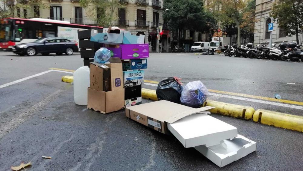Els carrers de l'Eixample de Barcelona, escenari de les dures càrregues de la policia i dels enfrontaments amb els manifestants, han quedat sense mobiliari urbà