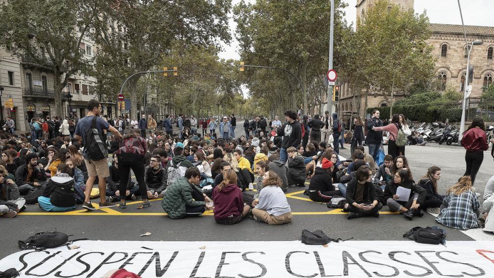 Prop de 200 alumnes van tallar ahir la Gran Via de Barcelona a la cruïlla amb el carrer Balmes