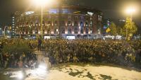 """Manifestants llançant sabó a la font de la plaça d'Espanya en un acte simbòlic per """"netejar la injustícia"""""""