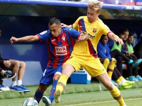 De Jong pugna per una pilota amb Orellana, de l'Eibar