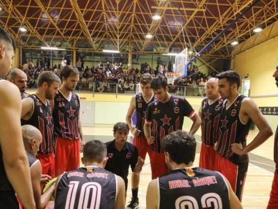 Joan Ferrer i els jugadors del primer equip, en un temps mort