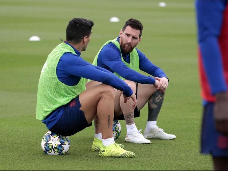 Messi parlant amb Luis Suárez, en la sessió d'ahir