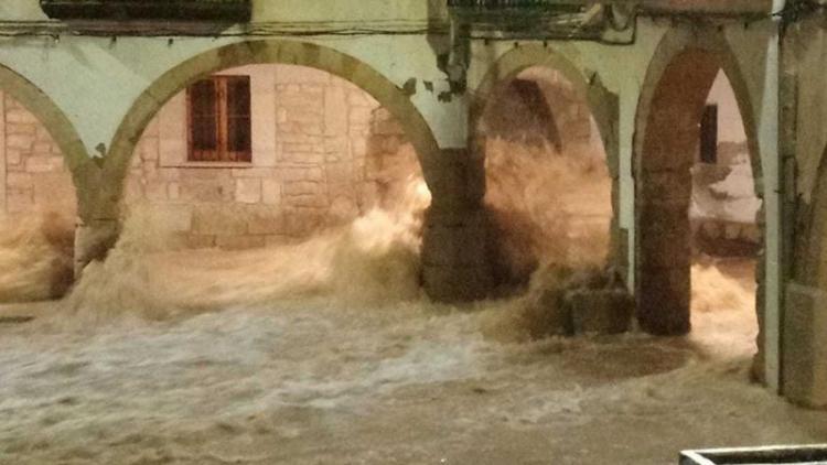 La plaça Major de l'Albi (Les Garrigues) inundada d'aigua