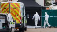 Imatge de forenses accedint a la zona on han trobat els cossos sense vida