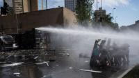 Manifestants enfrontant-se a la policia, dimarts a Santiago de Xile