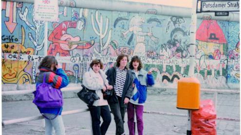 <b>La Laura, </b>al mig, amb dues amigues, de visita a Berlín Occidental