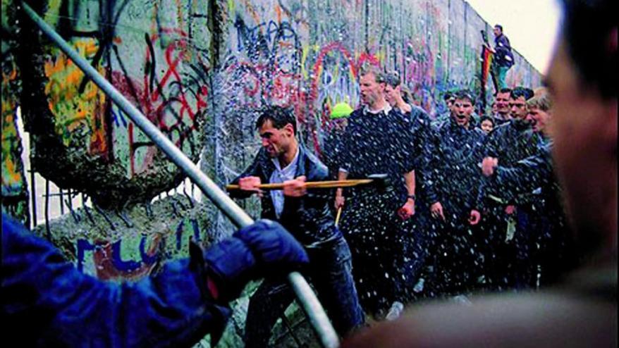 <b>Diverses imatges </b>que mostren la caiguda del mur. Al costat, imatges més recents de Berlín