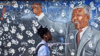 Nelson Mandela , que predicava una rebel·lió contra el govern blanc, va ser condemnat a 27 anys de presó
