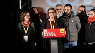 Vehí acompanyada de Reguant i Botran durant la nit electoral a la seu de la CUP