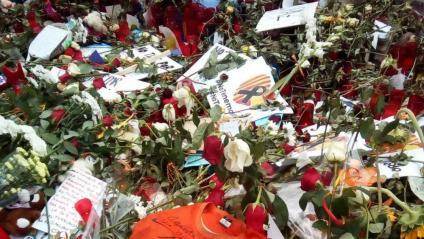 Samarreta que el Ramon Serrano, que va ajudar els ferits que va poder en l'atemptat de la Rambla, va deixar com a ofrena al mosaic de Joan Miró