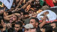 Uns palestins transporten el cos del líder del Gihad Islàmic assassinat per Israel, ahir durant el seu funeral