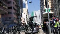 Un polícia llança una granada de gas lacrimogen contra els manifestants a Hong Kong