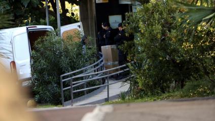 Agents de la Guàrdia Civil treuen caixes amb documents de la Secretaria General de l'Esport