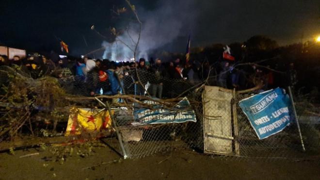 Els concentrats a l'AP-7 a Girona han aixecat alguna barricada per dificultar els moviments a la policia