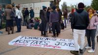 Persones concentrades a l'Audiència de Girona en suport al jove empresonat Persones concentrades a l'Audiència de Girona en suport al jove empresonat