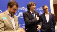 Toni Comín, Carles Puigdemont i Ramon Tremosa abans d'atendre els mitjans a l'Eurocambra el 4 de juny passat