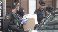 Agents de la Guàrdia Civil<b>, en els escorcolls en un dels pisos de Sabadell</b>