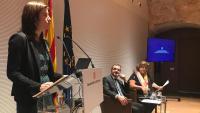 El conseller Bosch, escoltant la secretària general d'Acció Exterior, Mireia Borrell, amb la periodista Teresa Carreras
