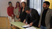 El secretari de Mesures Penals, Amand Calderó, signant la instrucció davant de la consellera de Justícia, Ester Capella, el d'Afers Socials, Chakir El Homrani, i dues recluses transsexuals
