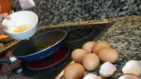 Procés d'elaboració d'una truita, amb la inevitable trencadissa d'ous