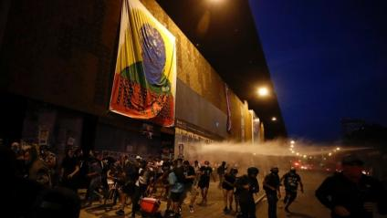 Manifestants s'enfronten a la policia a Santiago de Xile