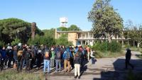 La cinquantena d'assistents a la visita sobre el terreny del seminari 'Paisatges salvats - Paisatges per salvar', ahir, a Ràdio Liberty de Pals