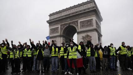 Una de les primeres protestes dels 'armilles grogues' a l'Arc de Triomf de París