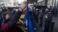 Manifestants convocats pels CDR, davant d'un cordó policial ahir a l'entrada de l'estació de Sants