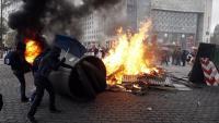 Uns manifestants munten una barricada a la plaça d'Itàlia, un dels escenaris de les protestes d'ahir a París