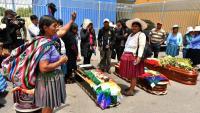 Ciutadans indígenes envolten els fèretres d'algunes de les víctimes mortals en els xocs amb la policia i l'exèrcit