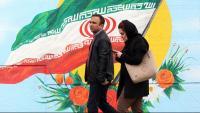Una dona mira el mòbil  el mateix dia que les autoritats iranianes tallen l'accés a internet, ahir a Teheran