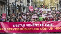 Manifestants contra la privatització de serveis públics, a Barcelona, ahir