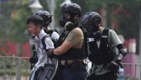Un jove detingut per agents de la policia a Hong Kong