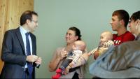 Els pares amb els bessons parlant amb els doctors