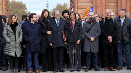 El president Quim Torra acompanyat de membres del govern, familiars, polítics i entitats abans d'entrat al tribunal