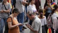 Diversos usuaris de mòbil en una manifestació en defensa dels presos polítics