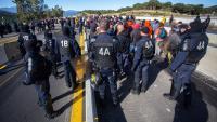 Policies francesos preparant-se per desallotjar l'autopista AP-7 a la Jonquera