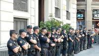 Policies davant de la prefectura de Via Laietana