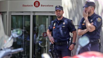 Dos agents de la policia espanyola , en els escorcolls de la Diputació de Barcelona el maig  del 2018. El jutge Joaquín Aguirre va traspassar el cas a la Guàrdia Civil